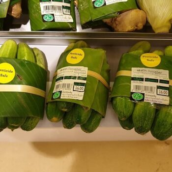 packaging banana leaves